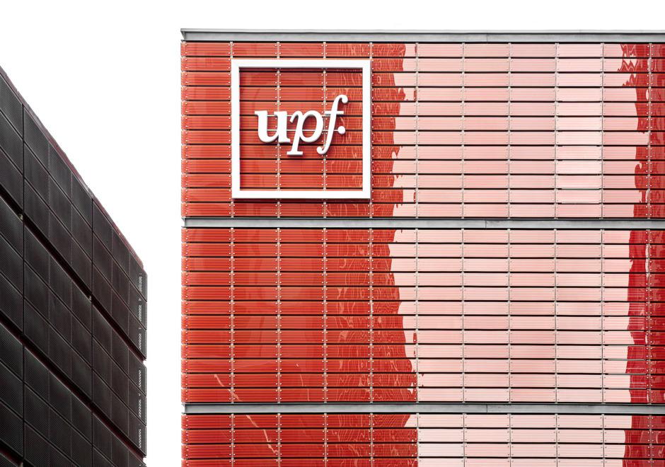 El logotip d'UPF aplicat a l'edifici – Clase bcn